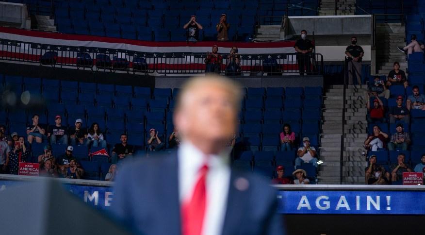 Apoiadores nas arquibancadas do BOK Center, em Tulsa, durante comício do presidente dos Estados Unidos Donald Trump. Evento foi organizado por Brad Parscale