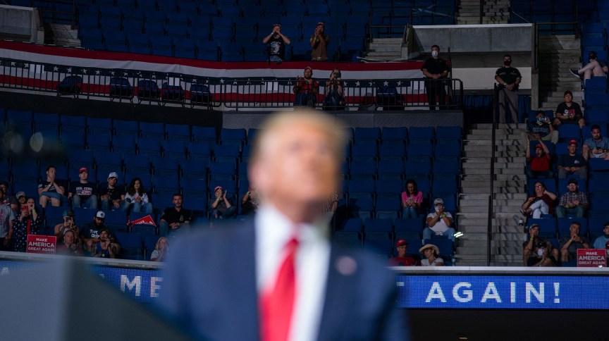 Apoiadores nas arquibancadas do BOK Center, em Tulsa, durante comício do presidente dos Estados Unidos Donald Trump