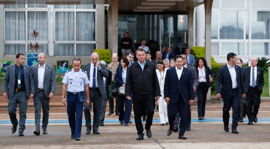 O presidente Jair Bolsonaro na Base Aérea de Brasília antes de prosseguir para os Estados Unidos