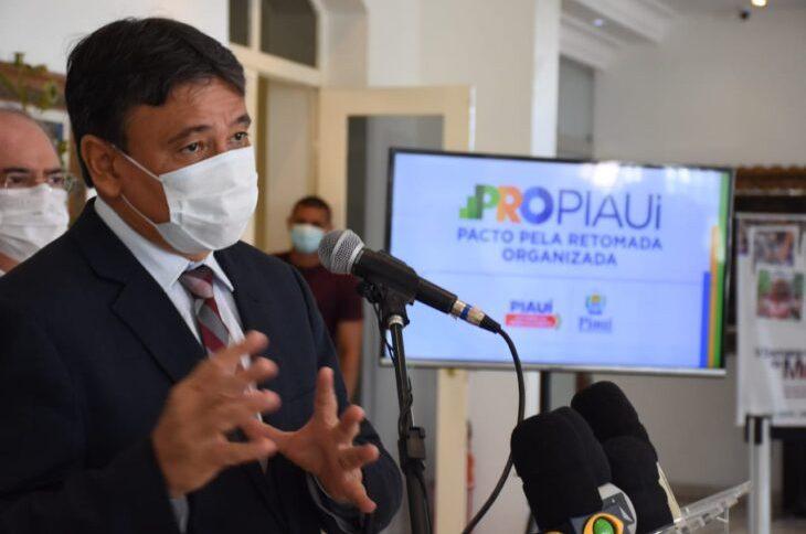 O governador Wellington Dias (PT-PI) usa máscara durante entrevista coletiva