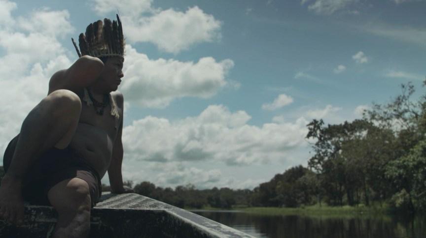 """Índio navega por rio na Amazônia em imagem do segundo episódio de """"Séries Originais"""""""