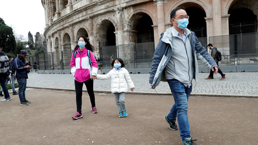 Turistas usam máscaras para evitar contágio por coronavírus na frente do Coliseu, em Roma (31.jan.2020)