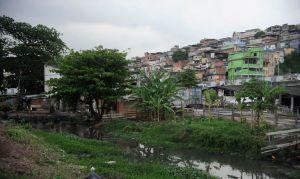 Moradores de favelas do RJ vivem até 29 anos menos que habitantes de áreas nobres, diz estudo
