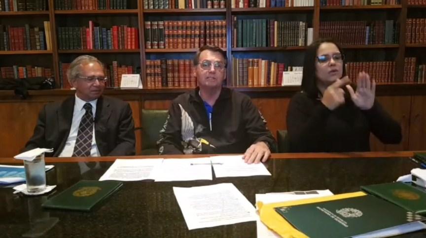 Transmissão ao vivo do presidente Jair Bolsonaro, com o ministro da Economia, Paulo Guedes, e a intérprete de libras Elizângela Castelo Branco
