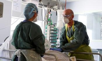 Novos casos de Covid-19 e vírus sazonais pressionam sistema de saúde; com início rápido da vacinação, cientistas pedem doses de reforço