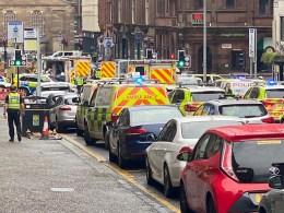 Um policial e outras cinco pessoas foram feridas pelo autor do ataque, que foi baleado e contido