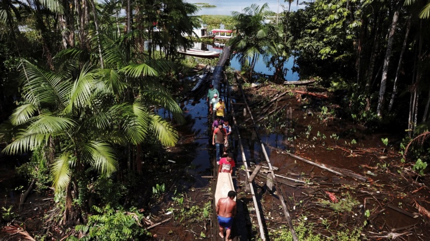 Familiares de Andrelina Bizerra da Silva, 49, que morreu a caminho de clínica com suspeita de Covid-19, levam caixão de volta para casa em Breves, na Ilha do Marajó