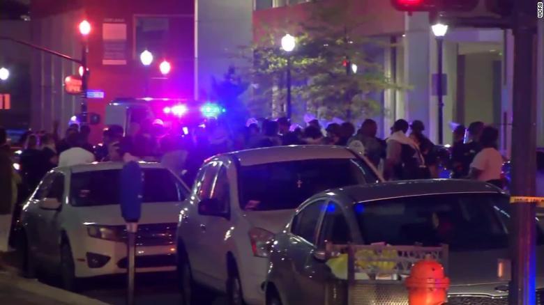 Polícia é acionada após disparo fatal em Louisville, Kentucky, onde manifestantes pacíficos estavam em protesto por justiça pela morte de Breonna Taylor