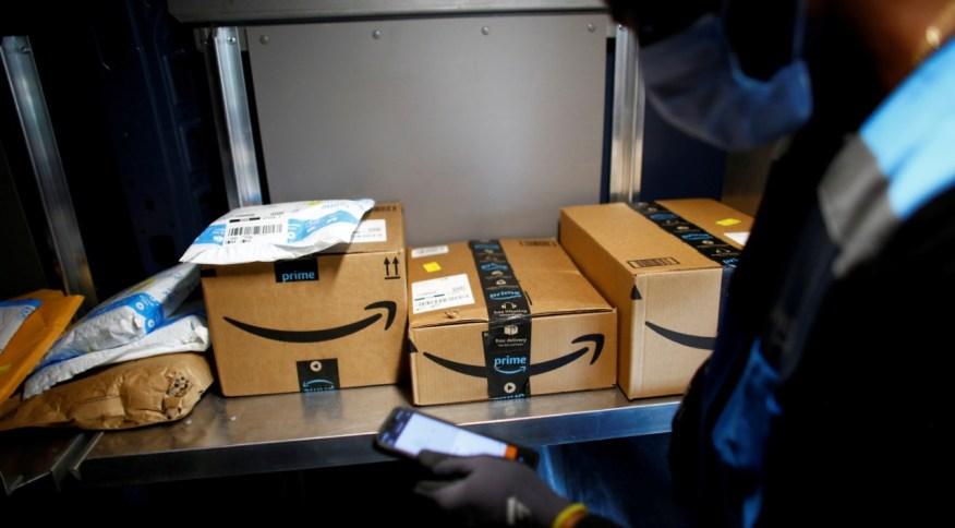 Entregador da Amazon em Denver, Colorado (EUA), em meio à pandemia de coronavírus (22.abr.2020)