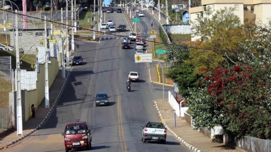Moradores terão de caminhar nas calçadas no mesmo sentido dos veículos em Bragança Paulista (SP)