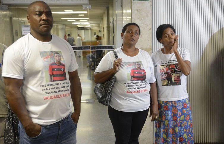 Parentes das vítimas de incêndio no centro de treinamento Ninho do Urubu deixam o Tribunal de Justiça do Rio de Janeiro após audiência de mediação com o Clube de Regatas do Flamengo