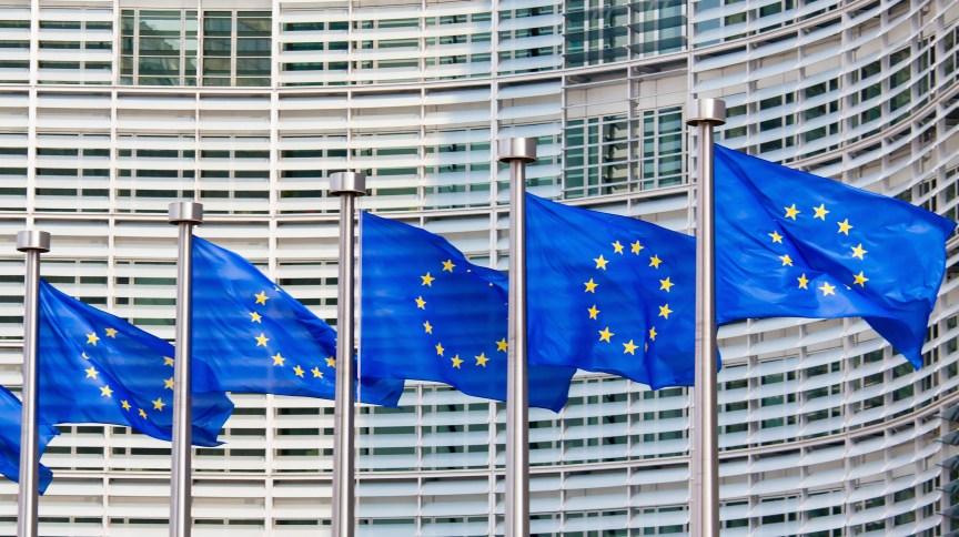 Bandeiras com o símbolo da União Europeia, bloco que reúne 19 países da zona do euro