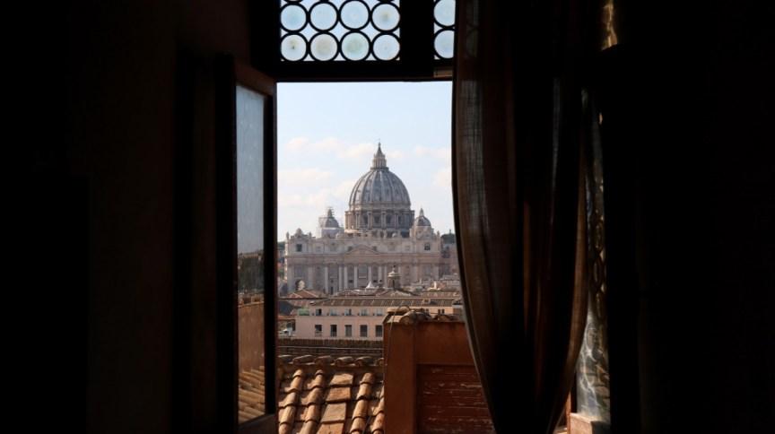 Domo da Basílica de São Pedro vista de uma janela do Castelo de Sant'Angelo, em Roma
