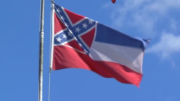 Atual bandeira do Mississipi, com símbolo confederado; nova versão deve ser colocada para votação popular em novembro deste ano