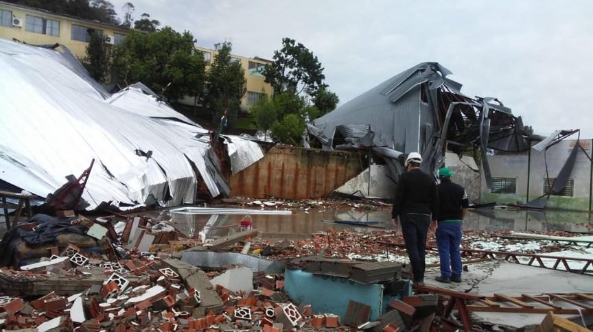 """Galpão destruído por passagem de """"ciclone bomba"""" no município de Palmitos, em Santa Catarina"""