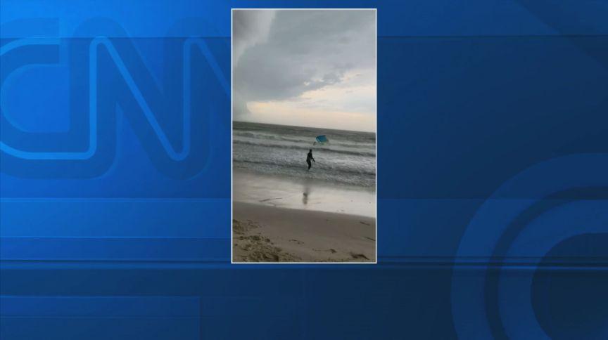 Momento da chegada do 'ciclone bomba' na praia de Jurerê Internacional, em Santa Catarina