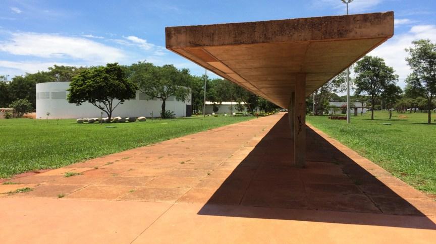 Marquise projetada por Oscar Niemeyer na sede da Funarte em Brasília