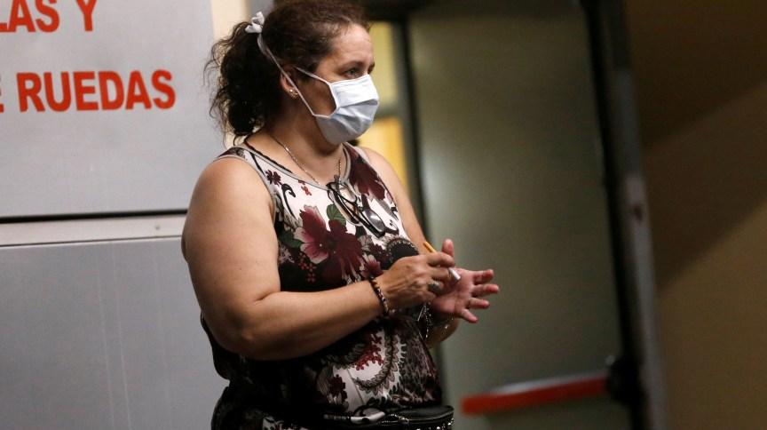 Mulher usa máscara em hospital de Buenos Aires, capital da Argentina, após a confirmação da primeira morte por coronavírus na América Latina