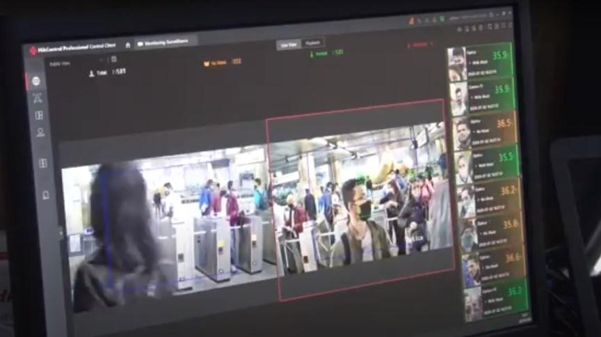 Monitor mostra a temperatura dos passageiros na estação Sé