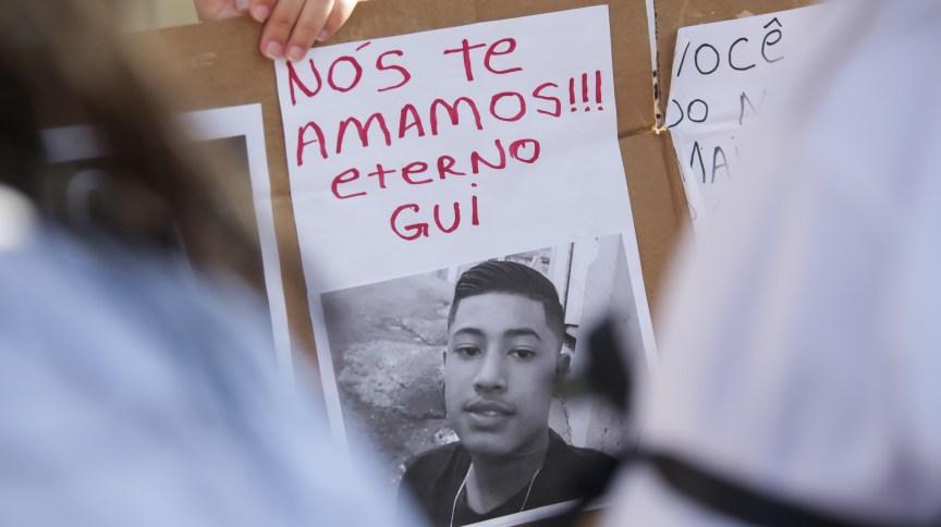 Amigos e familiares protestam após morte de Guilherme Silva Guedes