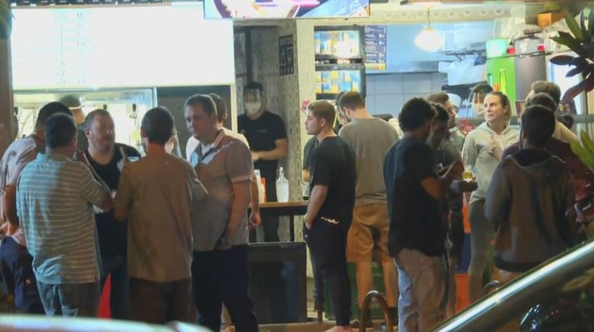 Aglomeração e pessoas sem máscara na primeira noite de reabertura de bares no Rio de Janeiro