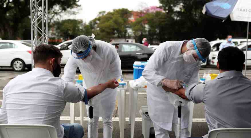 Profissionais da saúde aplicam testes para detecção do novo coronavírus em São Paulo