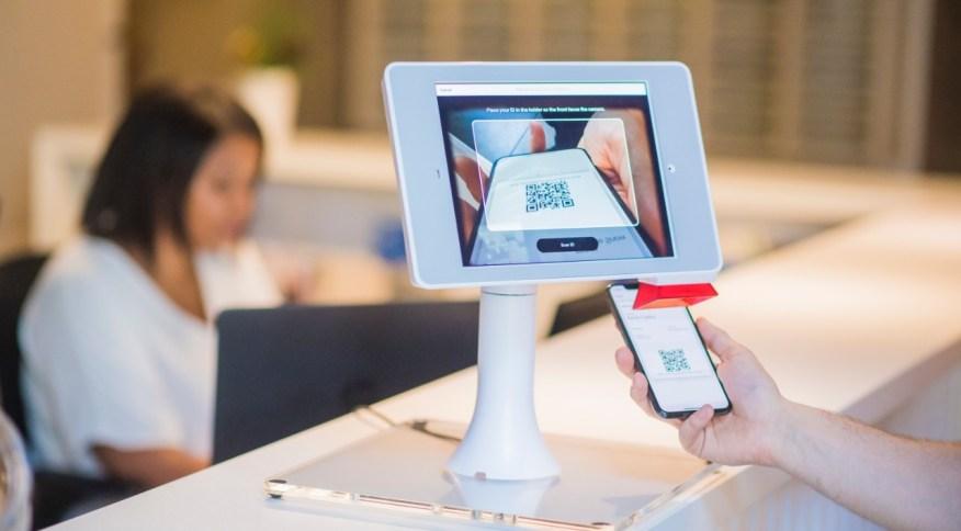 Cliente realiza pagamento por QR code: Pix estreia no dia 17 de novembro