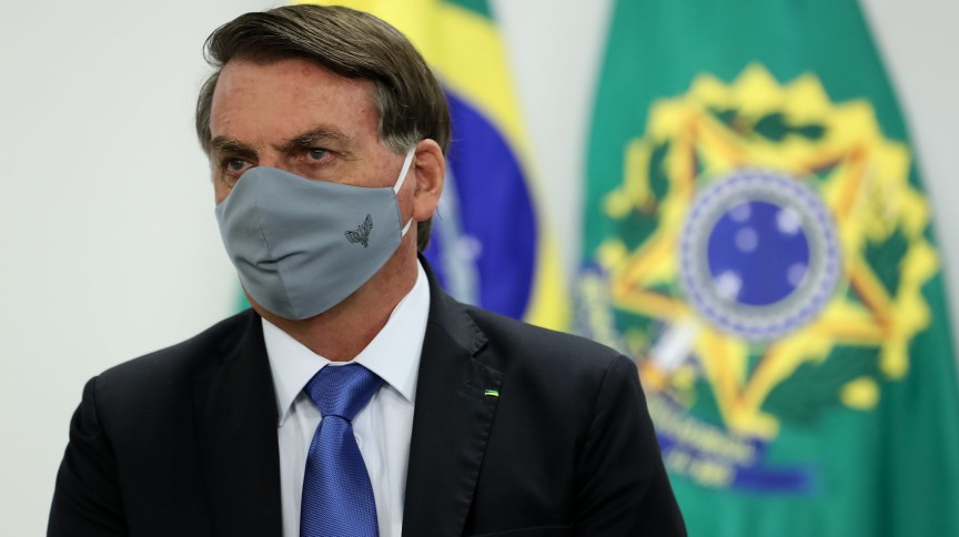 O presidente Jair Bolsonaro usa máscara durante cerimônia em Brasília