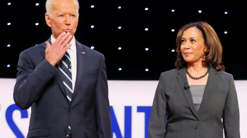 Ex-vice-presidente Joe Biden ao lado da senadora Kamala Harris, da Califórnia