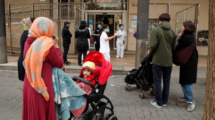 Pessoas aguardam em fila para fazer exame para o novo coronavírus em Barcelona, na Espanha