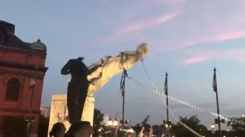 Manifestantes de Baltimore, nos Estados Unidos, derrubam mais uma estátua de Cristovão Colombo