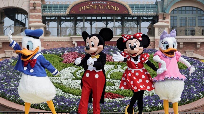 Personagens da Disney em frente a parque