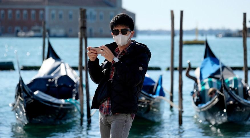 Turista com máscara de proteção na Praça de São Marcos, em Veneza