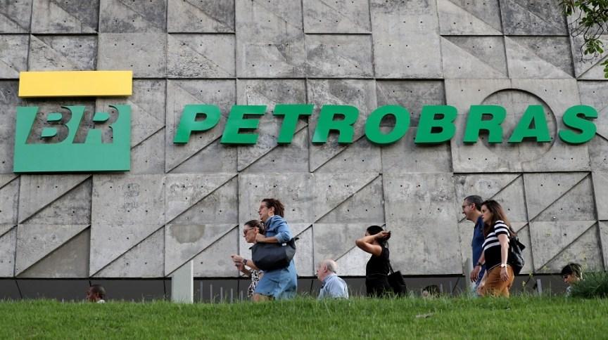 Sede da Petrobras. Estatal brasileira afirma que está monitorando os preços do petróleo e suas ações têm queda de quase 24%