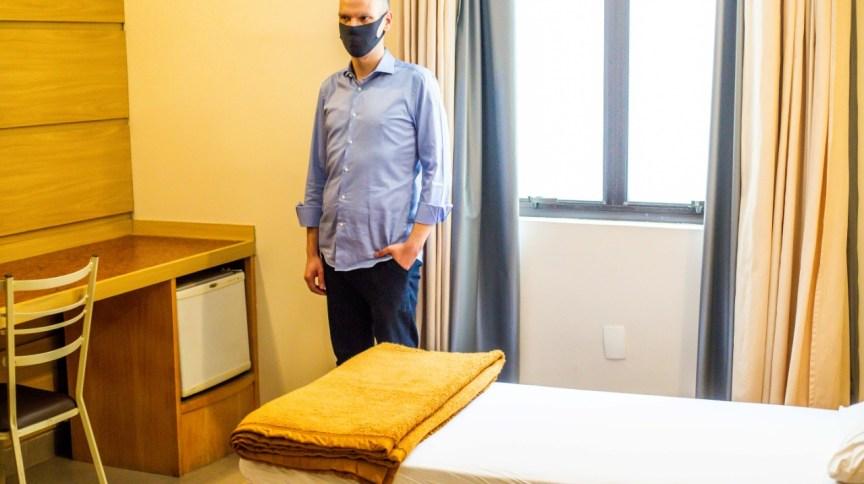 O prefeito de São Paulo, Bruno Covas (PSDB), visita quarto de hotel que receberá idosos em situação de rua