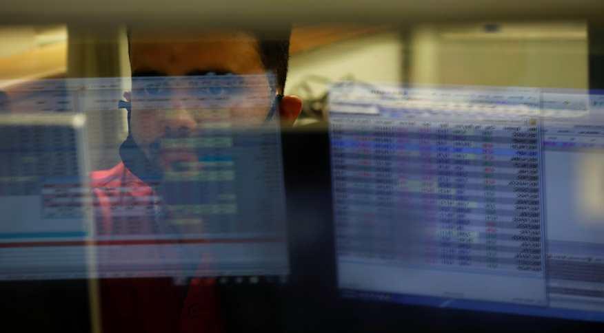 Operador de mercado financeiro trabalha em dia e pregão da bolsa de valores paulista