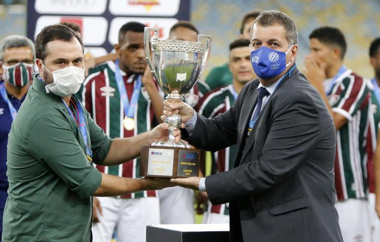 O Diretor de Competições da FERJ, Marcelo Vianna (direita) entregou o troféu de campeão da Taça Rio ao presidente do Fluminense, Mário Bittencourt