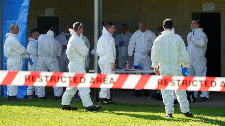 Equipe de saúde se prepara para entrar em prédios após surto de Covid-19 na Austrália