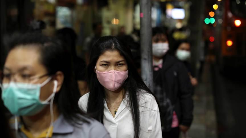 Transeuntes usam máscaras para se protegerem de coronavírus em Bangkok, na Tailândia (09.mar.2020)