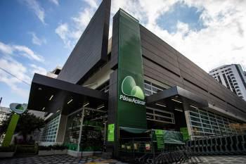 A principal competição entre as gigantes está no atacarejo, com as bandeiras Atacadão – do Carrefour – e Assaí – do GPA