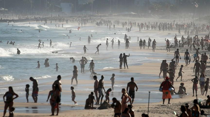Pessoas aproveitam praia no Rio de Janeiro durante a pandemia de Covid-19