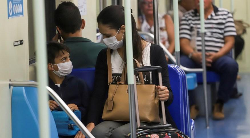 Passageiros usam máscara de proteção no metrô de São Paulo