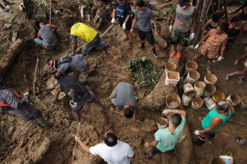 Pelo menos 36 pessoas ainda estão desaparecidas após o temporal do dia 3 de março; 513 moradores de Santos e Guarujá estão desabrigados
