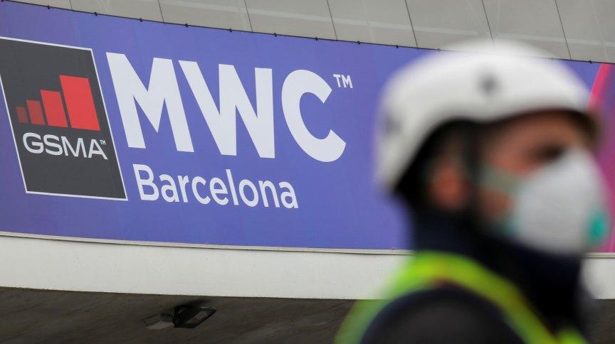 Funcionário usa máscara perto de onde a Mobile World Center seria realizada em Barcelona, na Espanha (13.fev.2020)