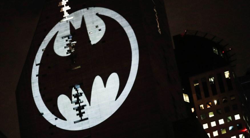 Bat-sinal é projetado em prédio na Cidade do México