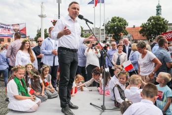 Disputam a cadeira o conservador Andrzej Duda, membro do polêmico partido político PiS e atual presidente, e o liberal Rafal Trzaskowski, prefeito de Varsóvia