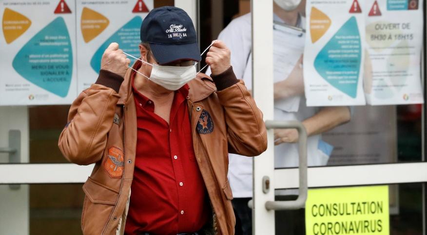 Homem veste máscara de proteção em frente a hospital em Vannes, França