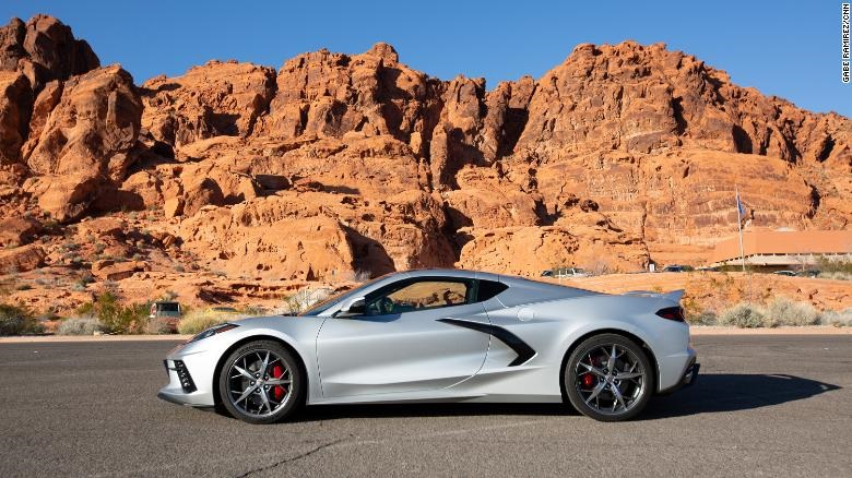 A mudança para um design de motor central dá um novo perfil ao Corvette. Mas ele continua sendo inconfundivelmente um Corvette