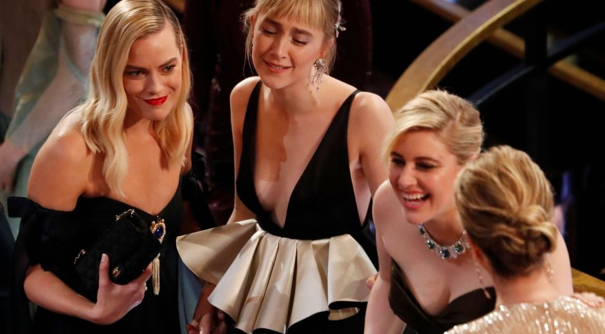 """A atriz Saoirse Ronan (centro) e a diretora Greta Gerwig (dir.) celebram o Oscar de Melhor Figurino para o filme """"Adoráveis Mulheres"""", protagonizado por mulheres"""