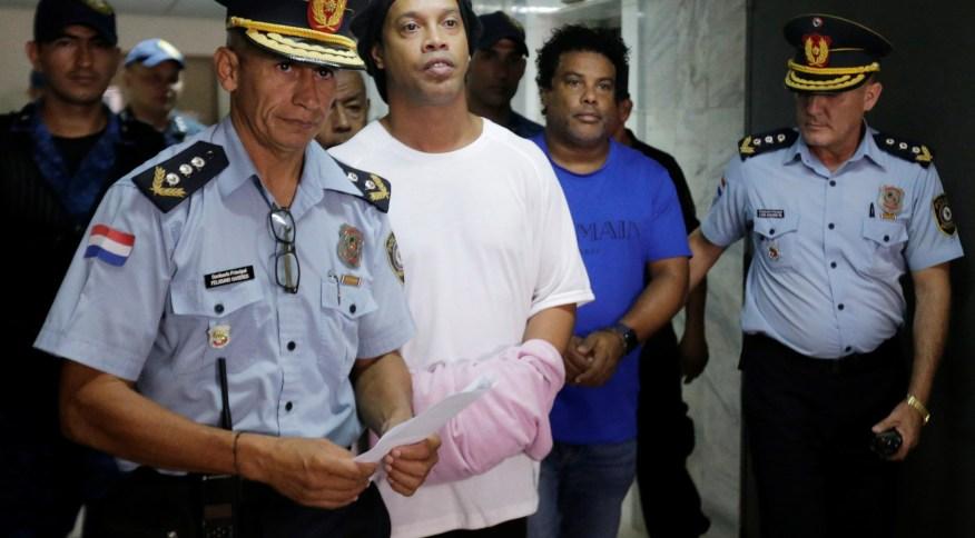 Ronaldinho e Assis presos e algemados na Suprema Corte do Paraguai